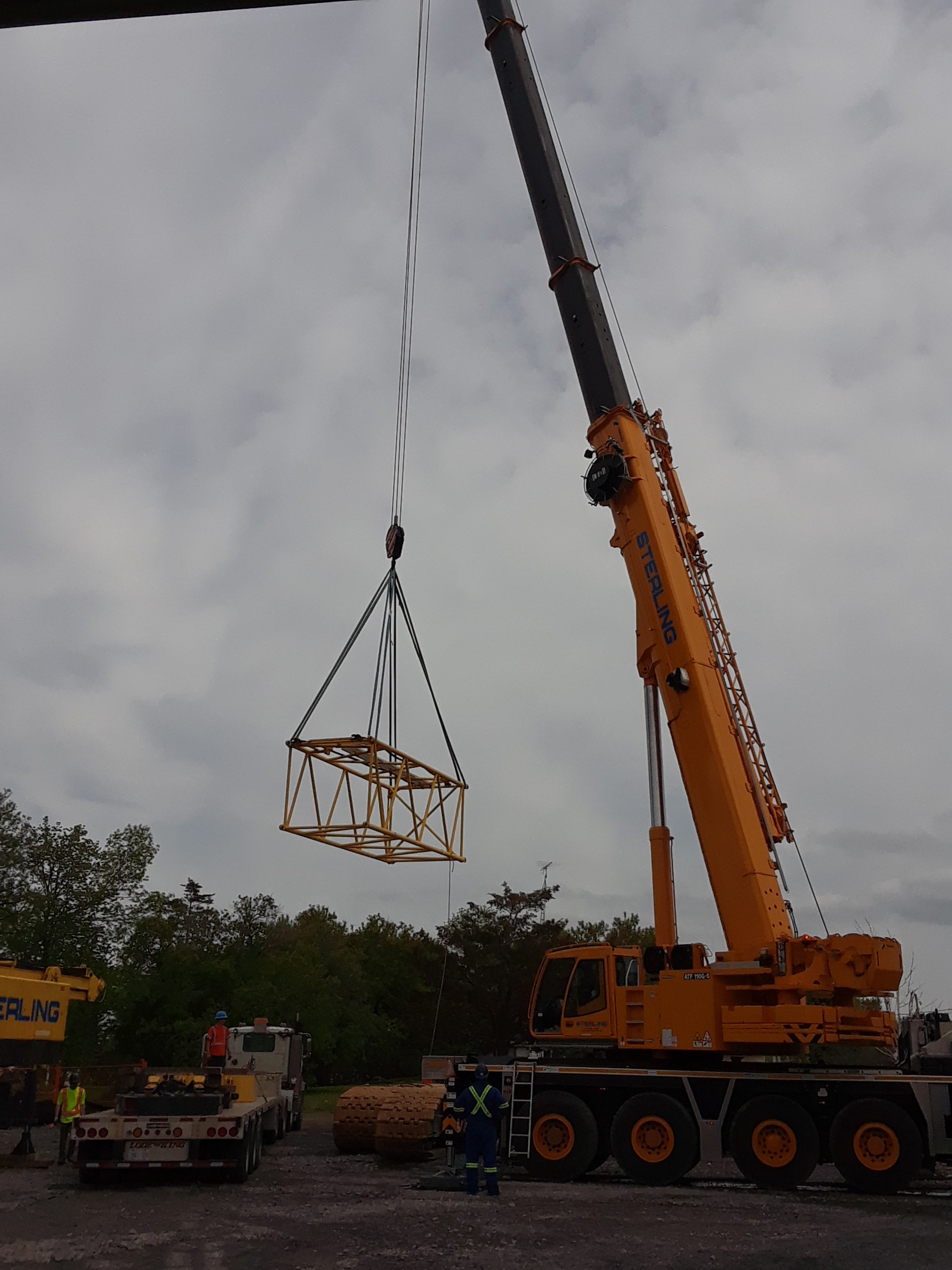 Unloading the new 200 ton crane