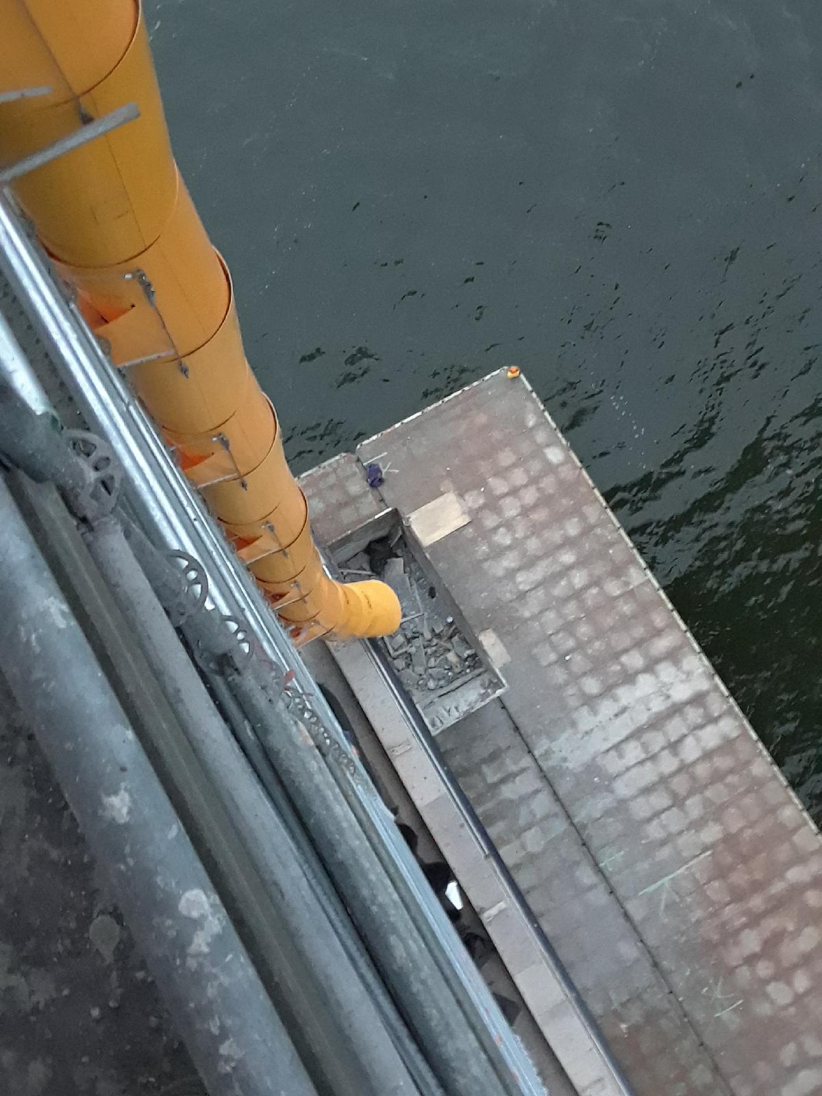 Debris removal system on pier 7
