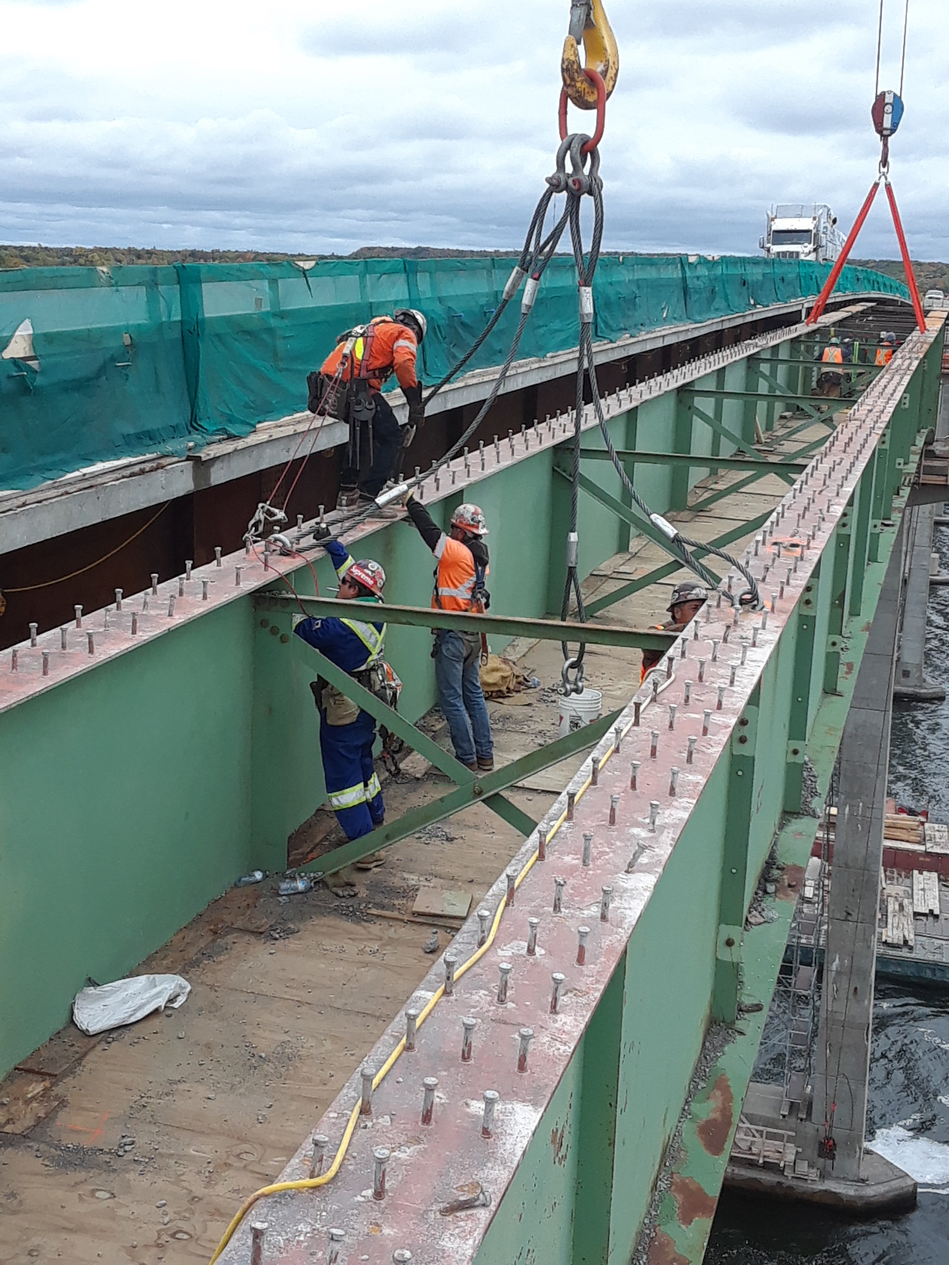 Connecting the rigging for girder removal