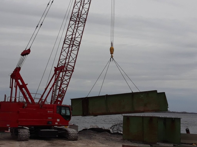 Removing cut girder section from the barge to be dismantled