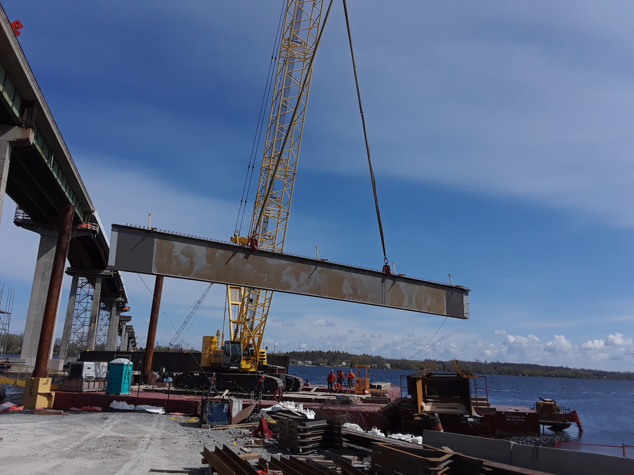 200 ton crane moving the approach girder piece to the barge