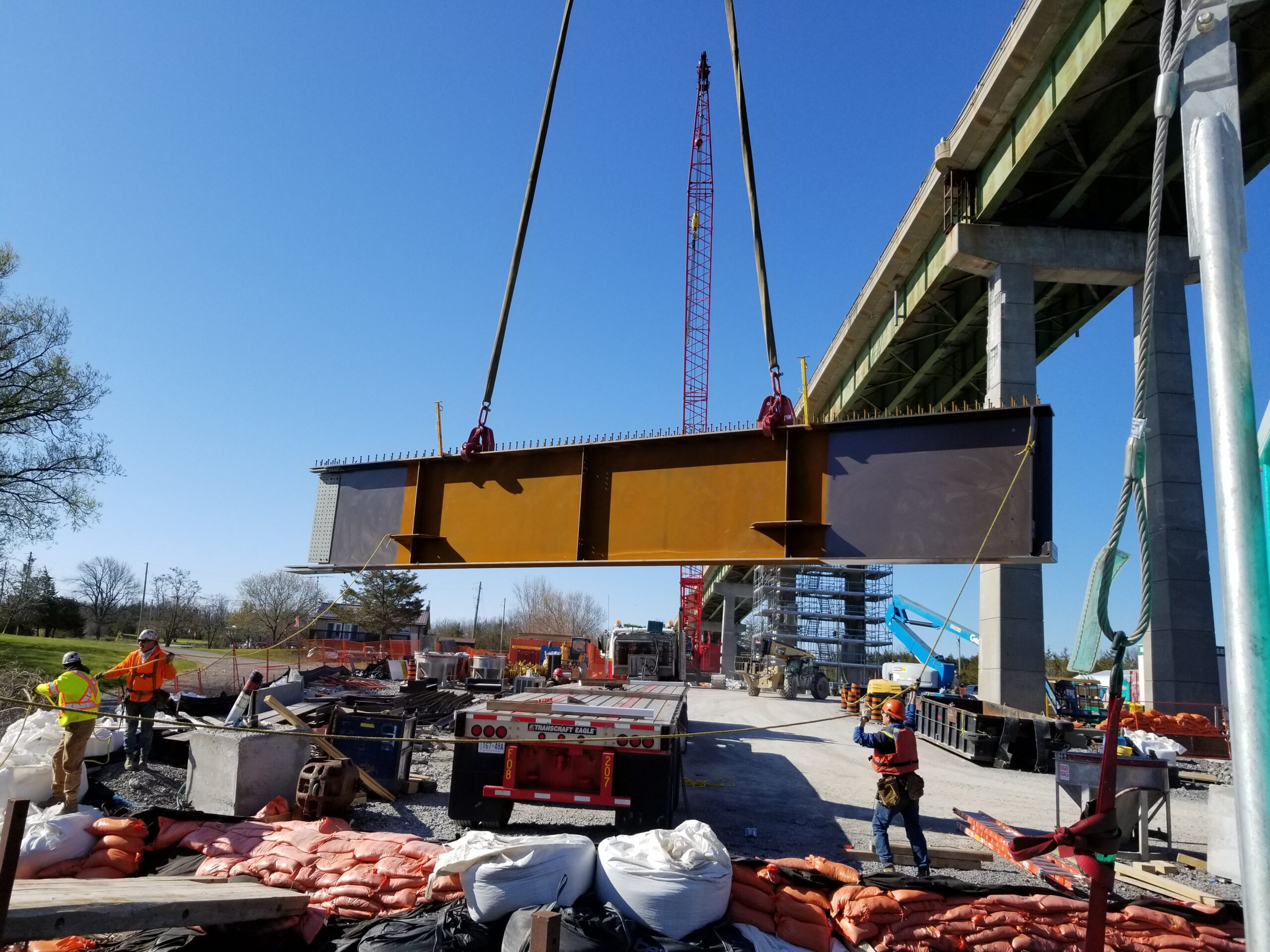 Moving girder piece from the truck using the crane