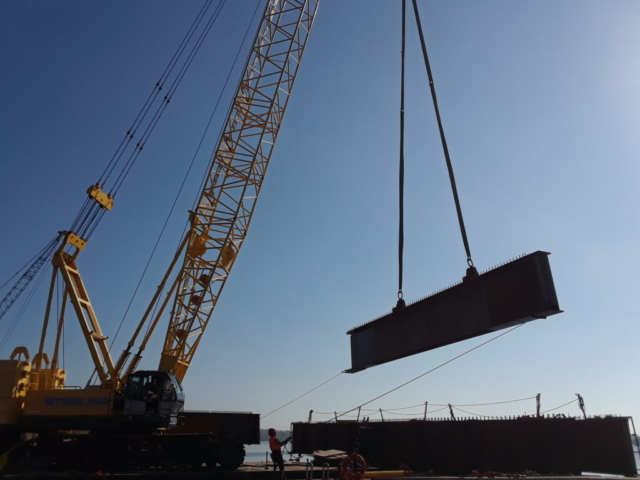 Lifting the last pieces of the second approach girder to the barge for assembly