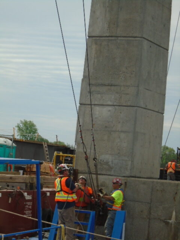 Connecting the support cables for the haunch girder