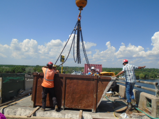 Hooking up the debris bin to be lifted