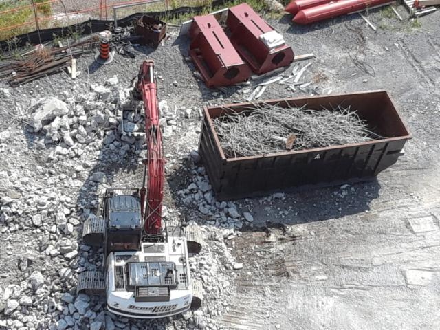 Separating concrete and metal debris