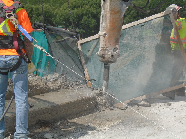Hoe Ramming, concrete removal of the barrier wall