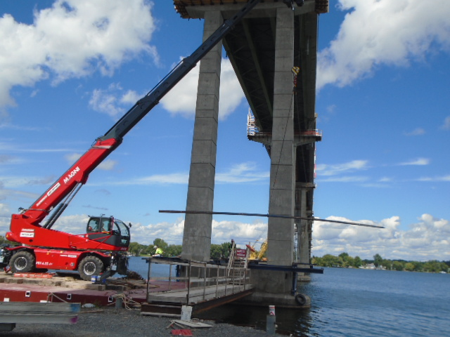 Removing the scaffolding base from pier 12 with the Magni lift