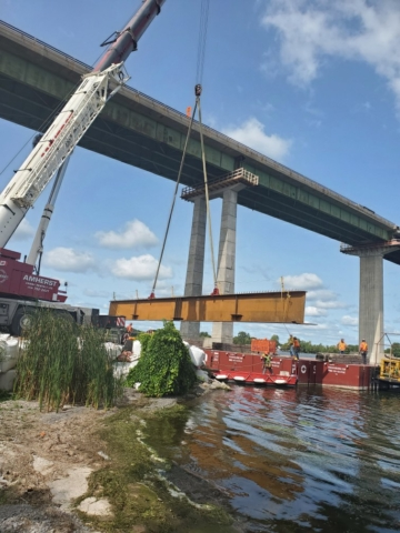 Lowering the new girder piece onto the barge