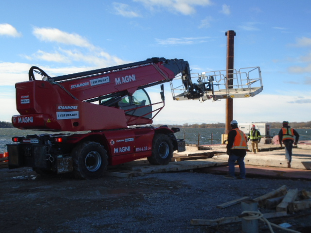 Loading the Magni lift onto the barge