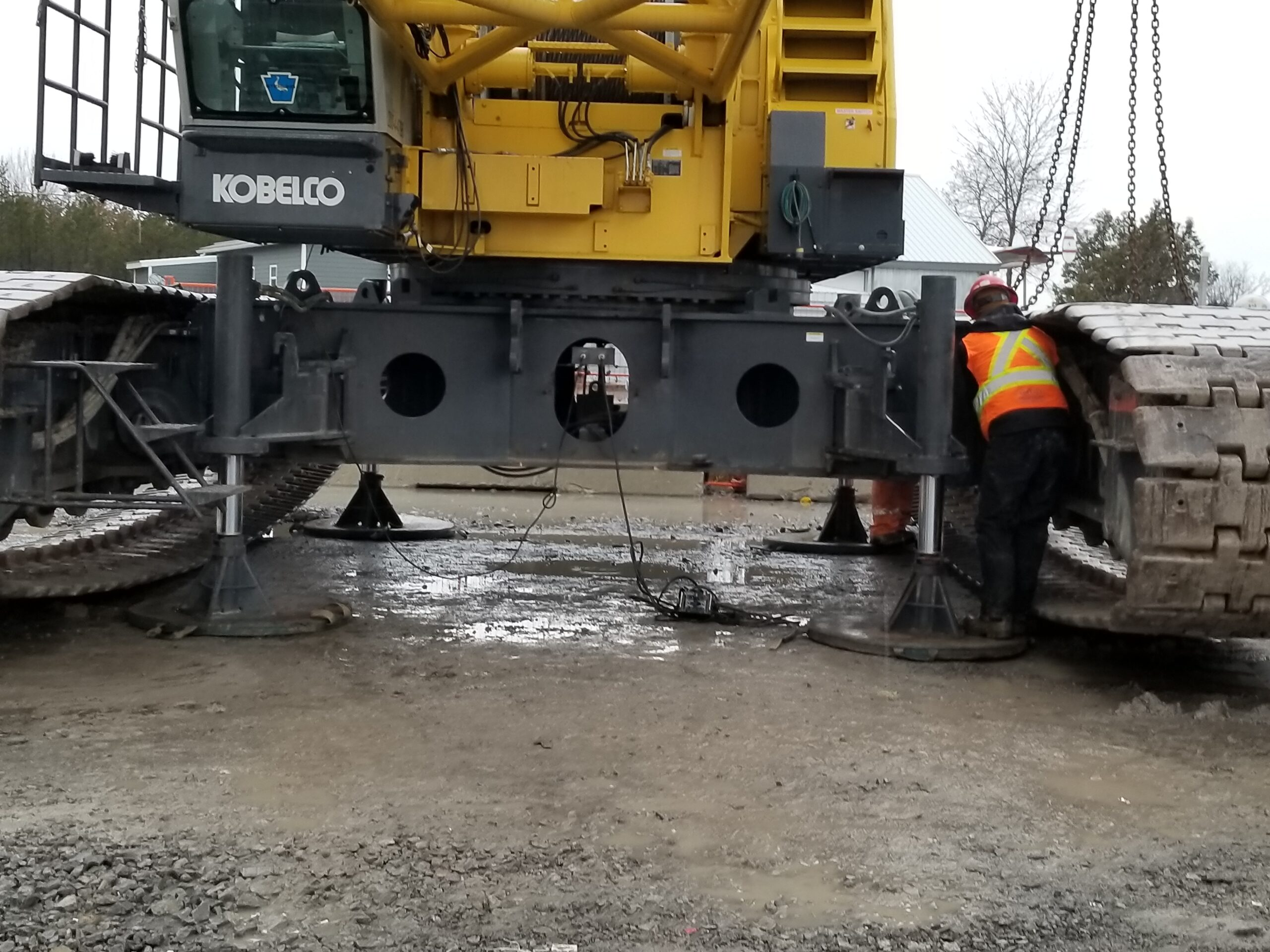 Jacking up the crane body for track removal