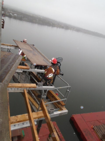 Removing the work platform using the Magni lift on the barge