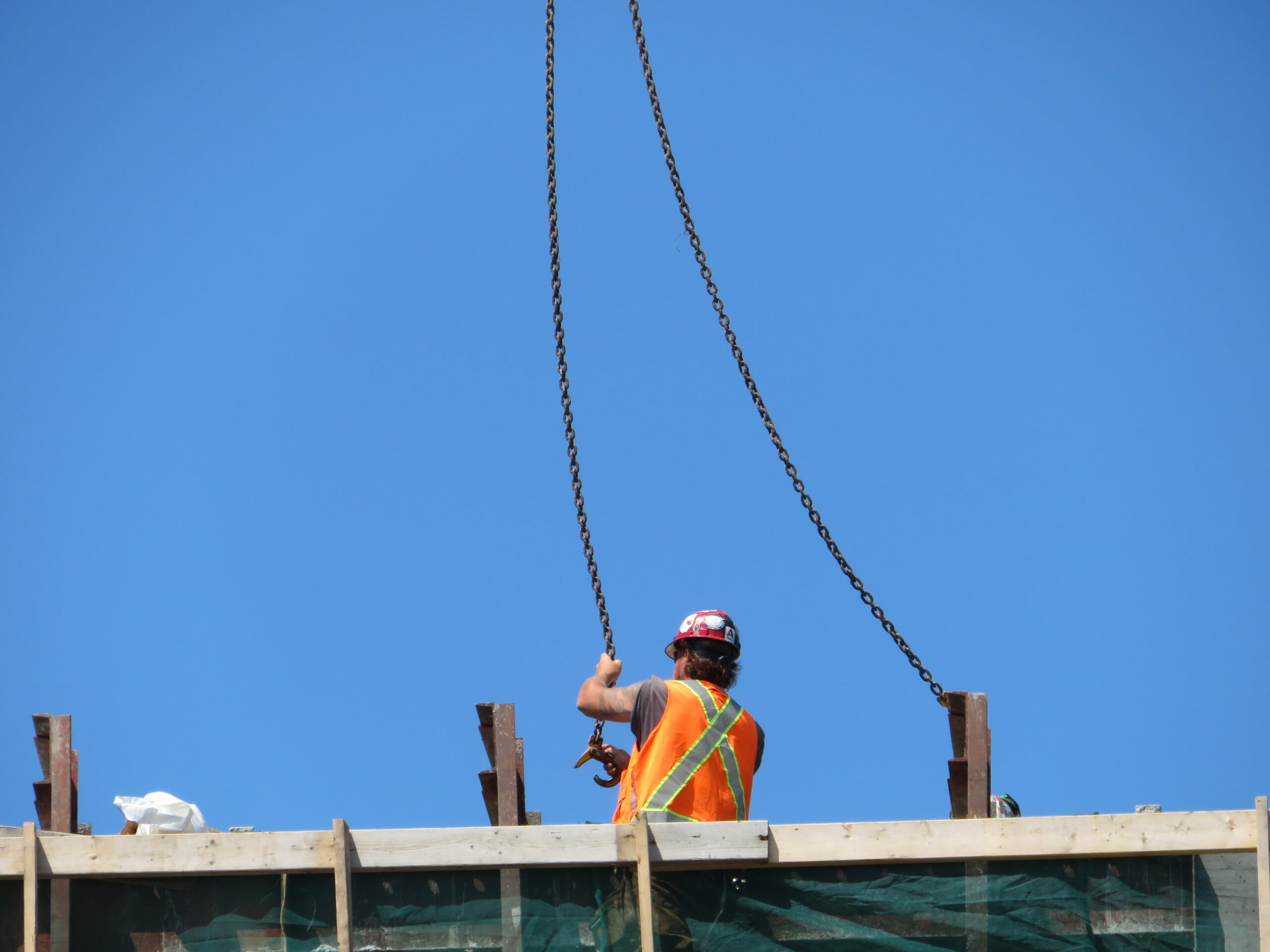 Hooking-up the 110-ton crane to the barrier wall formwork for removal
