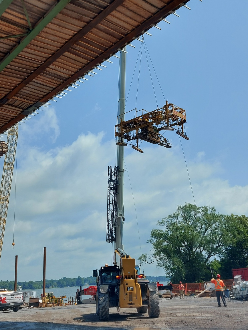 Lifting the concrete finisher to the deck, using the 160-ton crane
