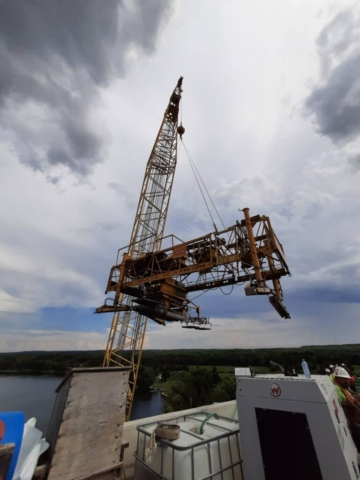 Top view, 200 ton crane lifting the concrete finisher to the deck