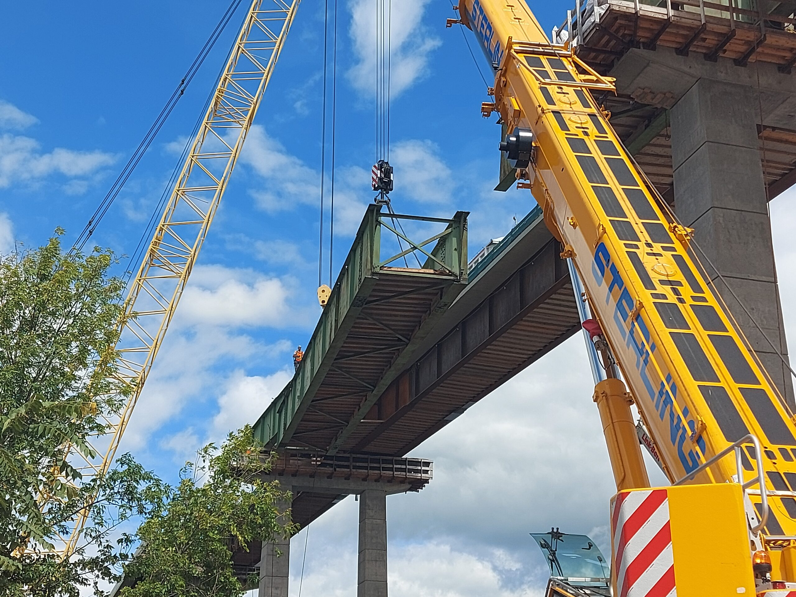 200 and 300-ton cranes lowering the drop-in girder