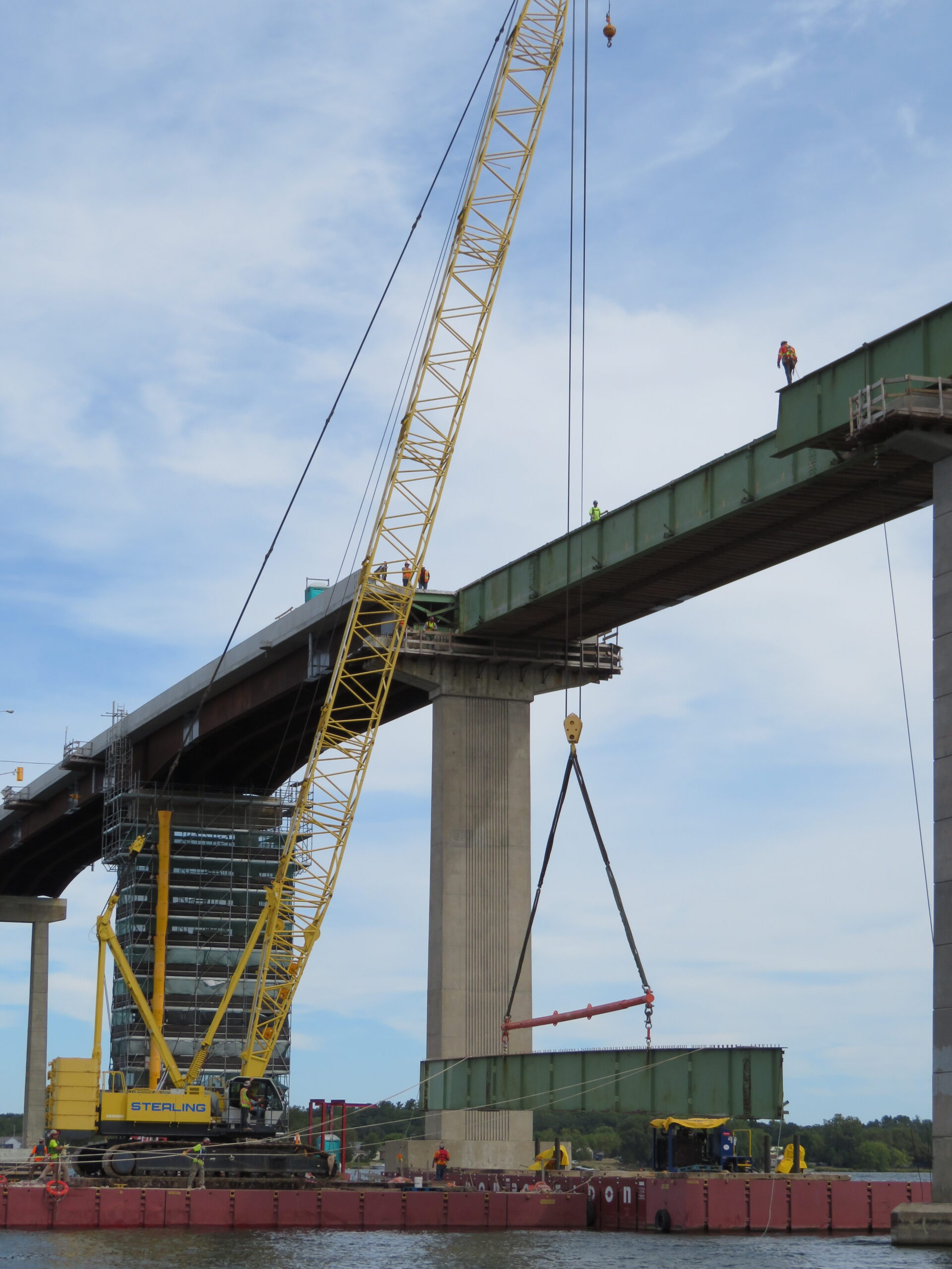 Lowering the girder section onto the barge with the 200-ton crane