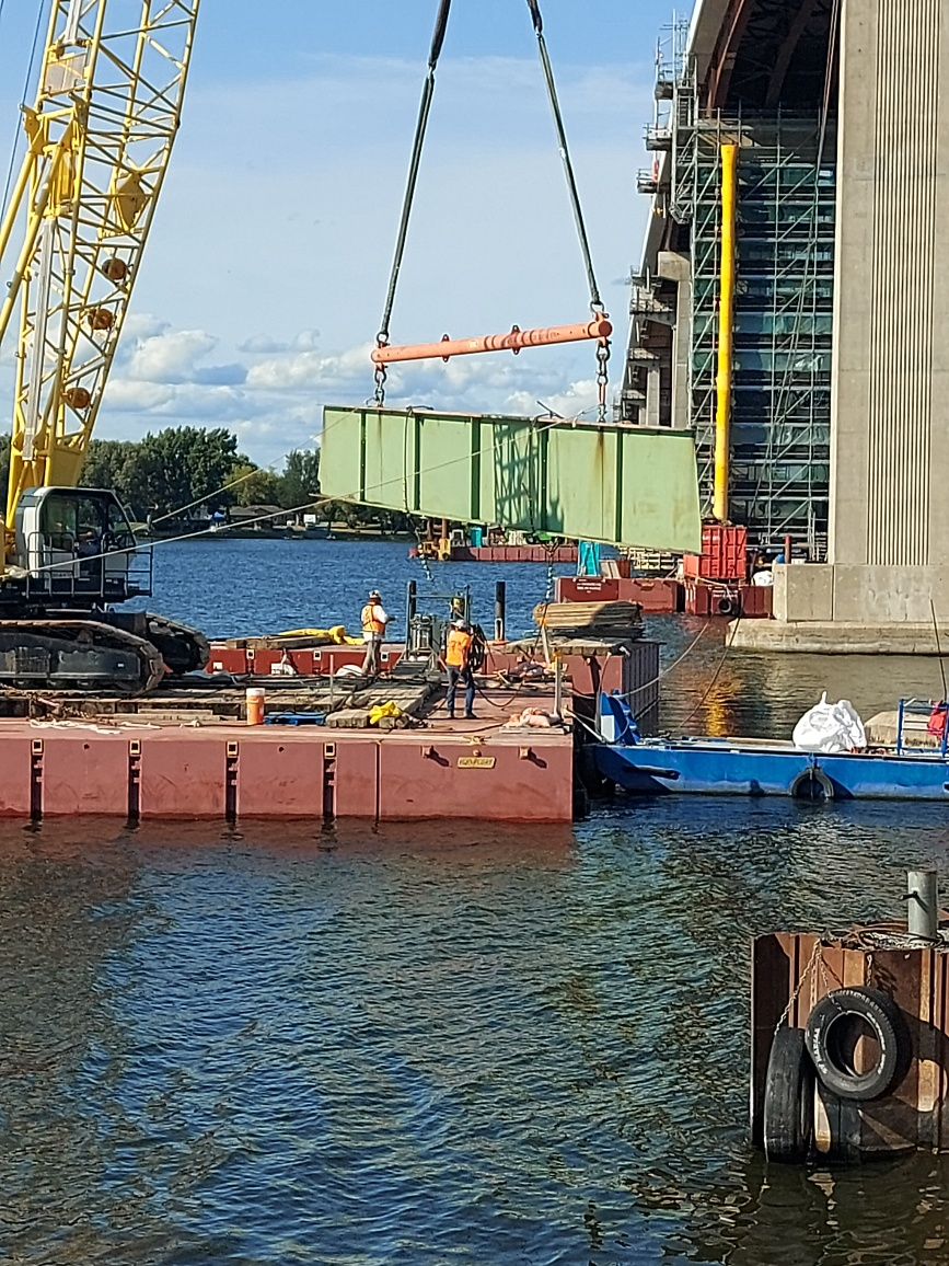 Lowering the hammerhead section to the barge
