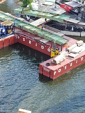 Removing the girder sections from the barge with the 160-ton crane